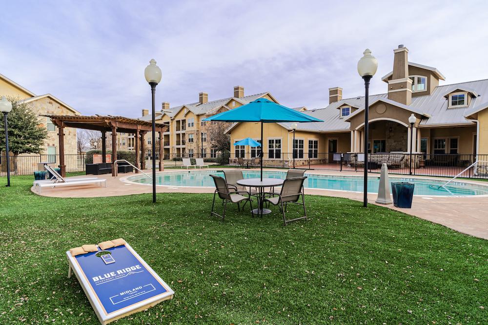 Blue Ridge poolside seating